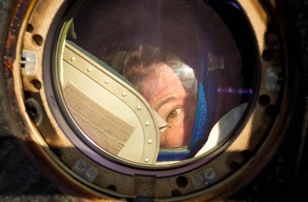 Zo eindigen de meeste ruimtereizen. Van de onbegrensde ruimte buiten onze dampkring, verplaats je naar een claustrofobische landingsmodule waarin je de honderden kilometers terug naar het aardoppervlak valt. Hier tuurt astronaut Cady Coleman uit de landingscapsule die vlak daarvoor is geland in Kazachtstan, het land waarin de huidige generatie astronauten van ruimtestation ISS standaard op aarde terugkeert. Deze foto werd genomen op dinsdag 24 mei 2011.