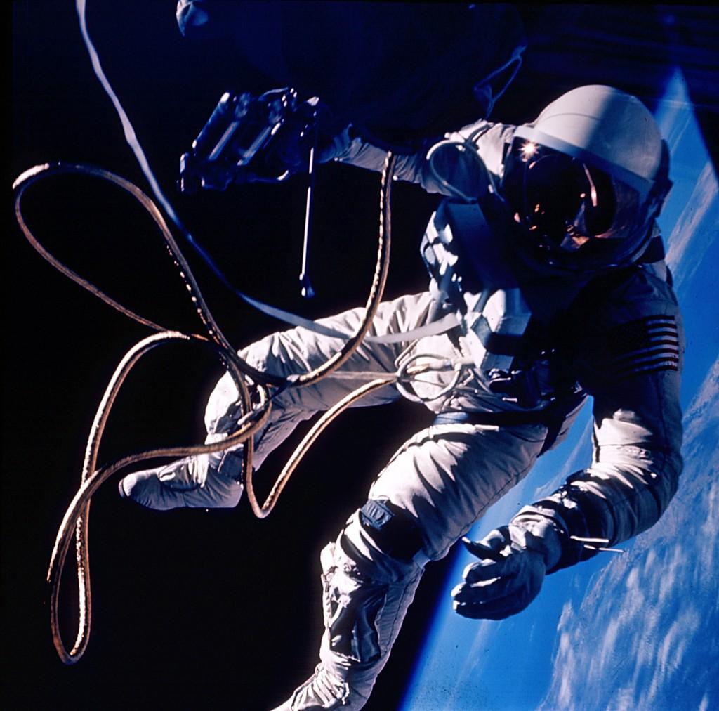 Een foto van de eerste ruimtewandeling door een Amerikaanse astronaut. Op 3 juni 1965 begaf Ed White zich als eerste in de ijzige leegte in de bovenste lagen van de aardatmosfeer. Hier hangt White boven New Mexico. In totaal duurde zijn ruimtewandeling 23 minuten. (Afbeelding: NASA)