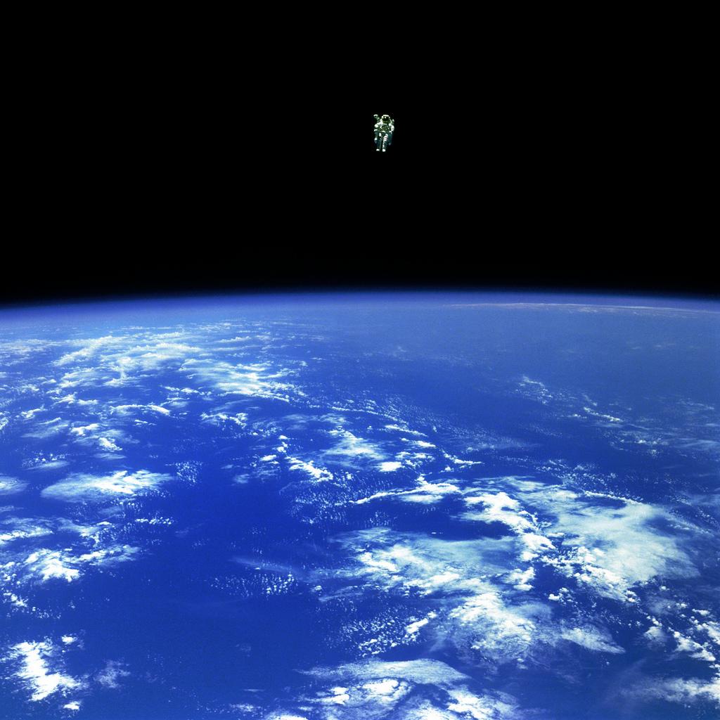 Nee, dit stipje in de verte is niet een rondzoevende George Clooney. Dit is astronaut Bruce McCandless II, die net als Clooney in de film zijn Maneurvering Unit gebruikt. De vrije vlucht van McCandless bracht hem 160 meter van zijn ruimteschip - verder dan welke astronaut dan ooit voor hem.  (Afbeelding: NASA)