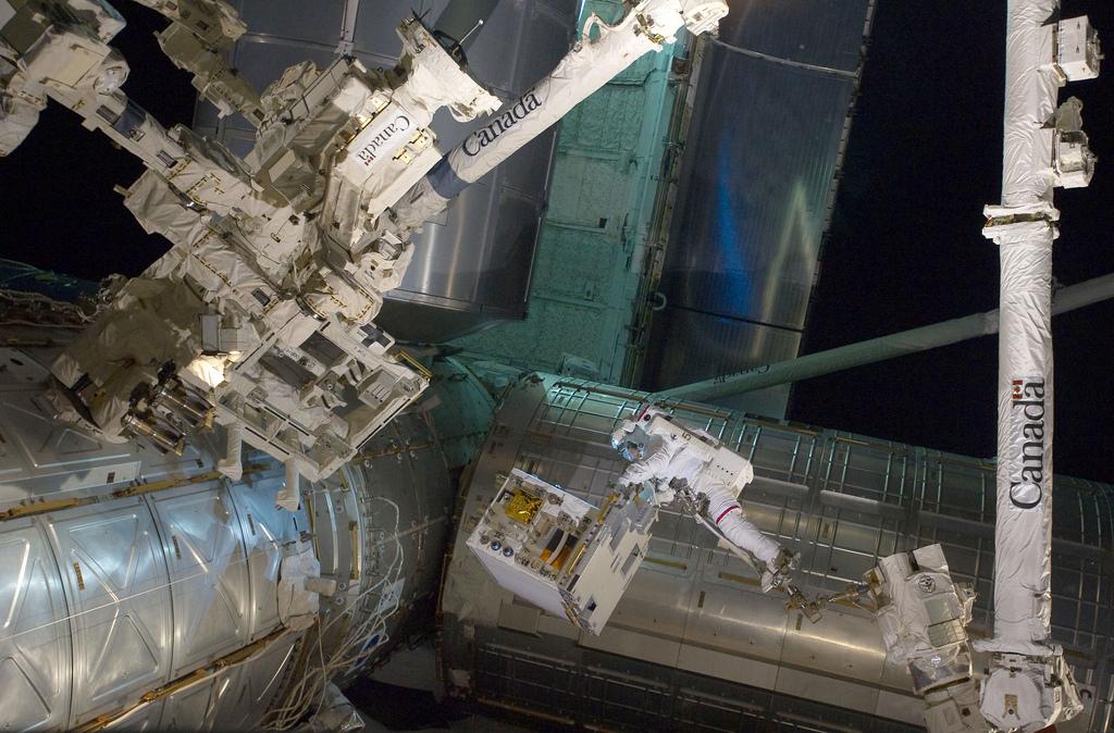 Hier levert astronaut Mike Fossom nieuwe onderdelen voor het internationale ruimtestation ISS. De ruimtewandeling waar deze levering onderdeel van was, duurde in totaal 6,5 uur.