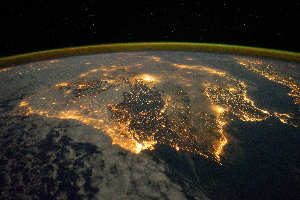Deze prachtige foto van Spanje en Portugal werd op 4 december 2011 genomen vanuit het internationale ruimtestation ISS. Op de foto zijn verschillende grote steden zichtbaar, waaronder Barcelona en Madrid en de opvallende samenklontering van kleinere steden en dorpen aan de zuidkust.