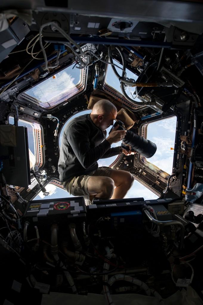 De ultieme locatie voor een fotoshoot. Hier neemt astronaut Chris Cassidy vanuit het internationale ruimtestation ISS foto's van het aardoppervlak, dat zich zo'n 400 kilometer onder zijn voeten bevindt.